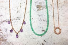 Ketten in Silber, rotvergoldet mit Amethyst und Chrysopraskette