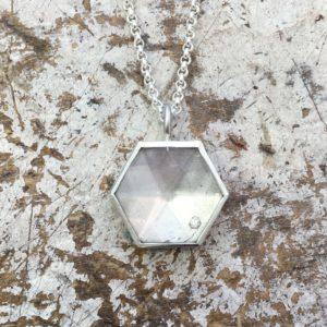 Anhänger in Silber mit Diamant gefasst hinter einem Bergkristall