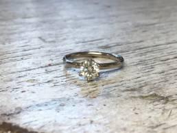 Verlobungsring mit Diamant im Chaton