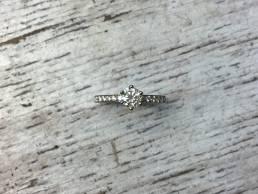 Verlobungsring mit Diamant im Chaton und im Verschnitt