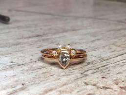 Verlobungsring mit Vorsteckring und einem Diamant Tropfen in Rotgold